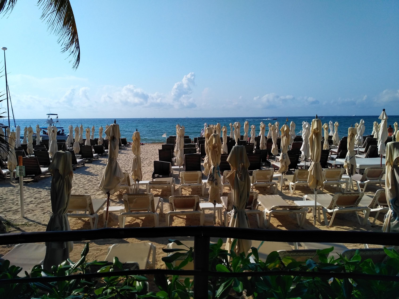 Недостаток платного пляжа — большое количество людей