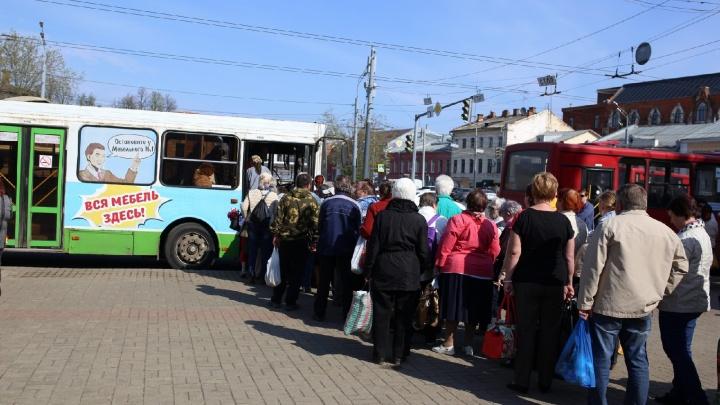 Ломились в закрытые двери: ярославцы устроили штурм автобусов до кладбищ. Видео