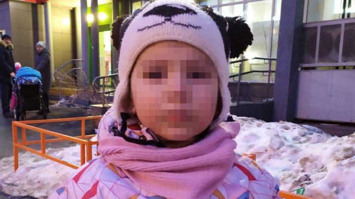 «Плачет, сильно напугана»: к магазину в Челябинске вызвали полицию из-за потерявшейся девочки