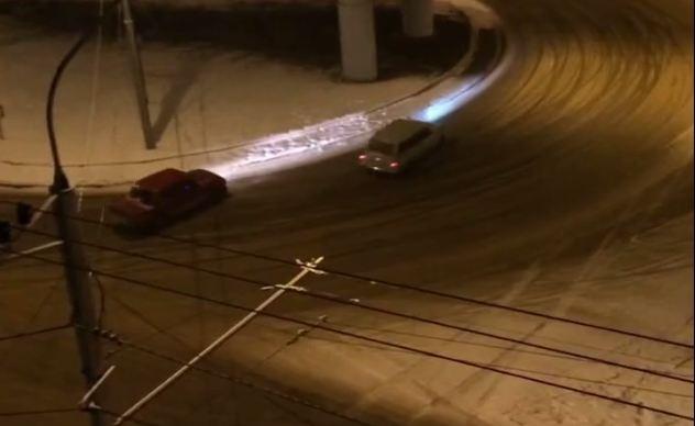 Дерзкие водители «Жигулей» устроили дрифт на новой развязке на Калинина