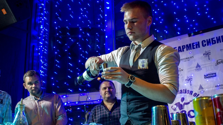 Новосибирец стал лучшим молодым барменом Сибири за коктейль «Первоклассник» зелёного цвета