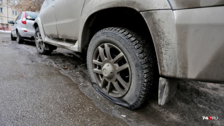 Во дворе — пункт участкового: возле дома на Северо-Западе Челябинска порезали колёса десятка машин