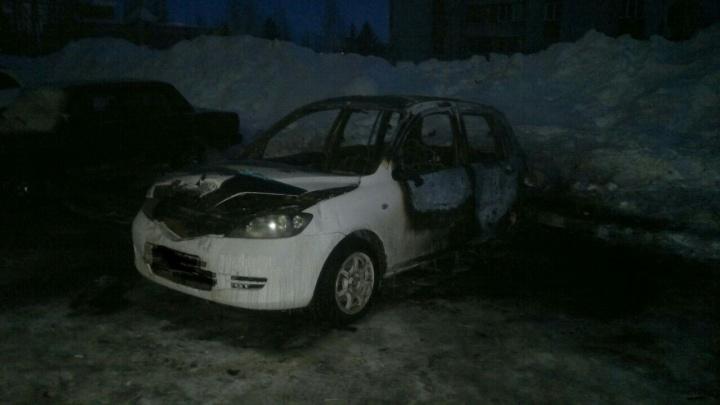 В «Снегирях» машину новосибирца облили бензином и подожгли