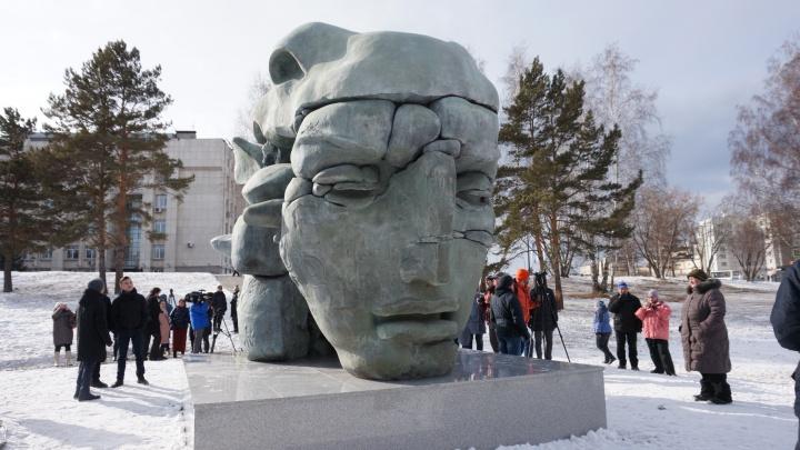 Возле главного корпуса СФУ появилась необычная скульптура. Автор отказался назвать её цену