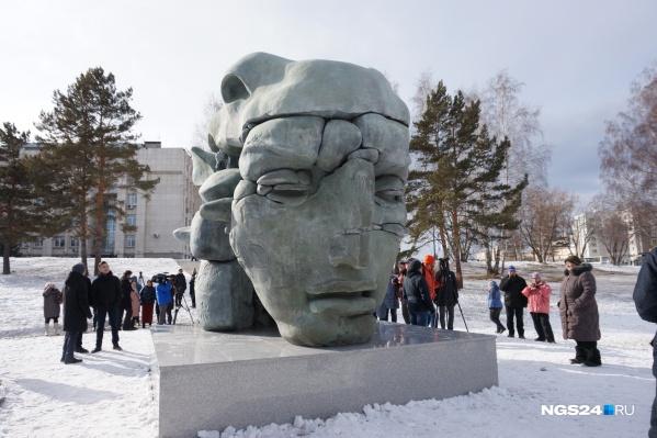 С одной из сторон скульптуры можно увидеть лицо