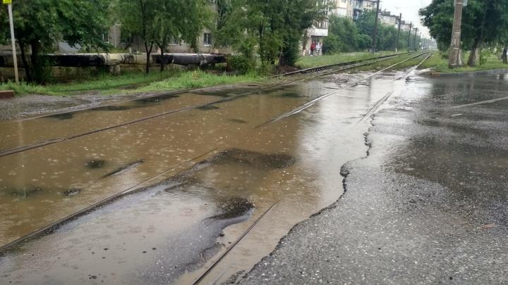 «За пять минут пробили две покрышки»: в Волгограде жуткая яма превратила дорогу в минное поле