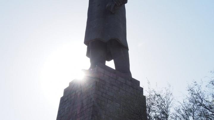 Волгоград показывает туристам самого высокого Ленина на грязном и изуродованном постаменте