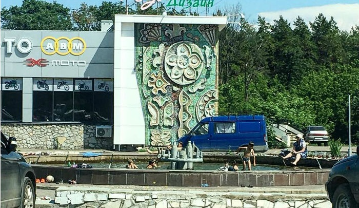 Уфимская ребятня устроила «заплыв» в городском фонтане