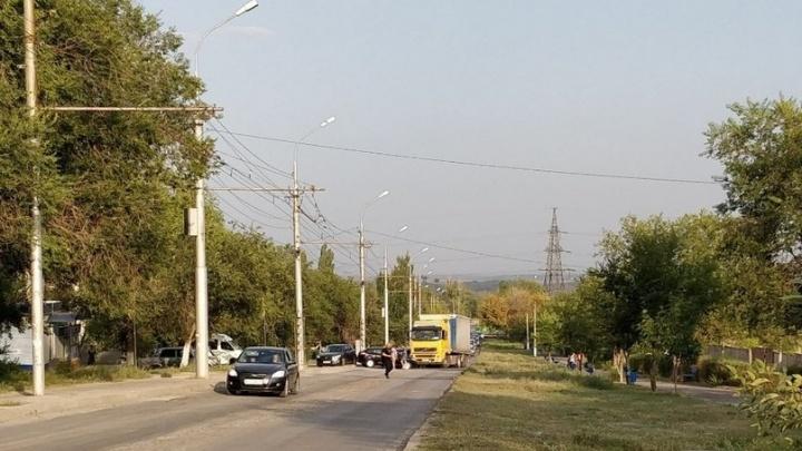 Вторая продольная в Волгограде из-за ДТП замерла в пятикилометровой пробке
