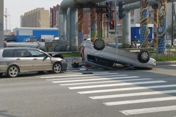 Очевидцы рассказали, что одна из машин поворачивала с Широтной в МЖК, несмотря на запрет
