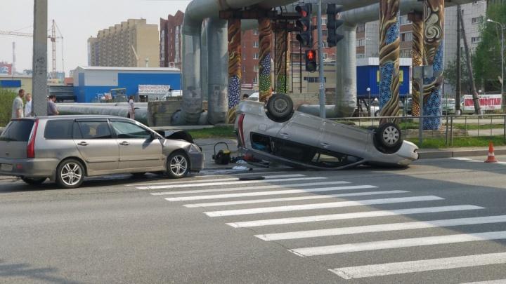 Машина перевернулась: в аварии на Широтной пострадала мать с двумя маленькими детьми