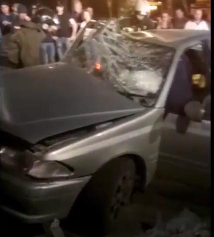 ВНовосибирске после ДТП водителя ипассажира зажало всалоне машины