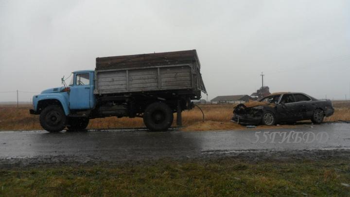 «Тойоту» засыпало пшеницей после удара о ЗИЛ