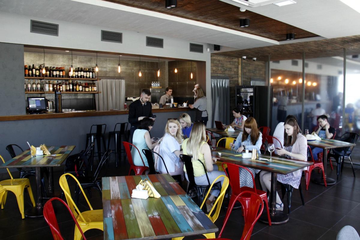 Единственным ярким пятном в интерьере можно считать столы и стулья