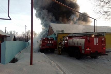В Искитимском районе с раннего утра горят здания обувного производства