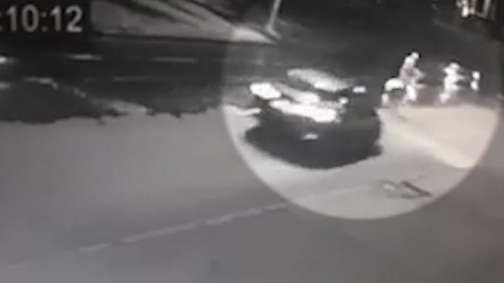 Мужчина подлетел от удара: видео момента столкновения «Тойоты» с пешеходом на Аминева