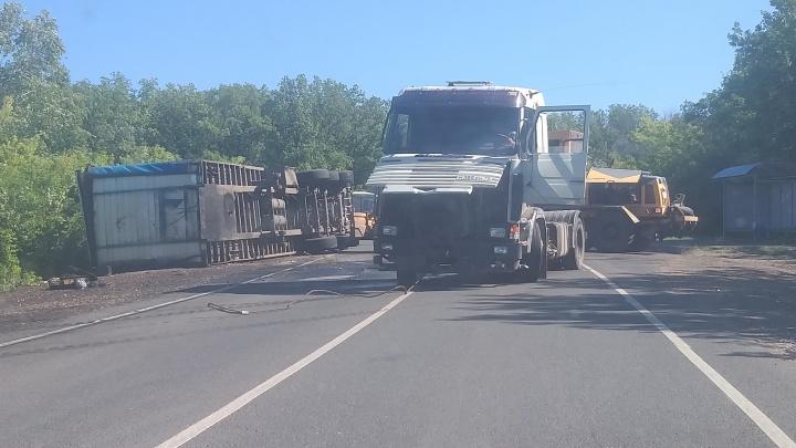 На трассе под Самарой грузовик перевернулся на дороге