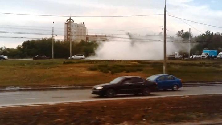 Мощный фонтан затопил мост у «Арены-Омск»