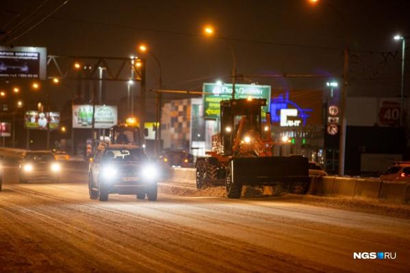 В Новосибирске для борьбы с недавними снегопадами вывели 400 единиц техники — это в два раза больше, чем парк снегоуборщиков в Челябинске