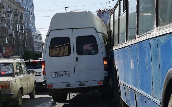 «Номера нет, а следы скотча остались»: на опасном перекрестке Волгограда маршрутка зажала троллейбус