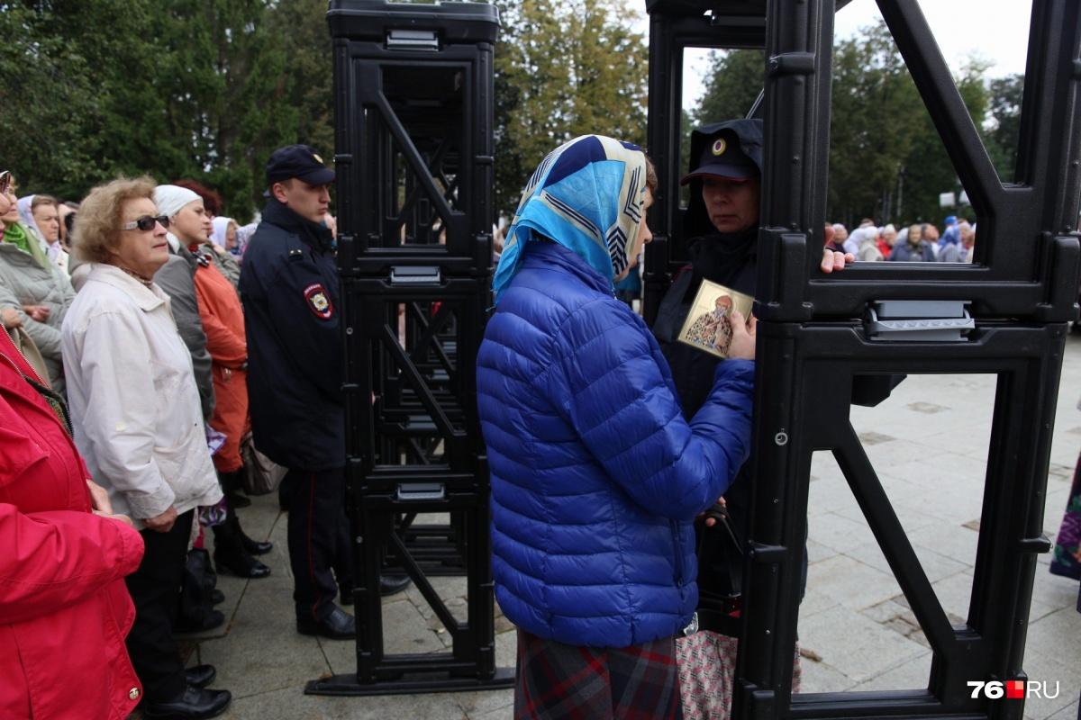 Возле Успенского собора собрались тысячи православных