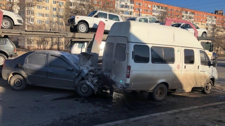 На юге Волгограда легковушка протаранила маршрутку с пассажирами: пятеро пострадали