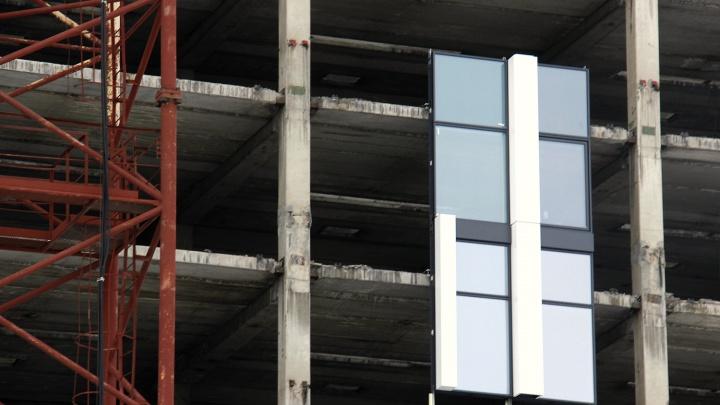 В гостинице на площади Маркса начали монтировать новые стеклянные стены