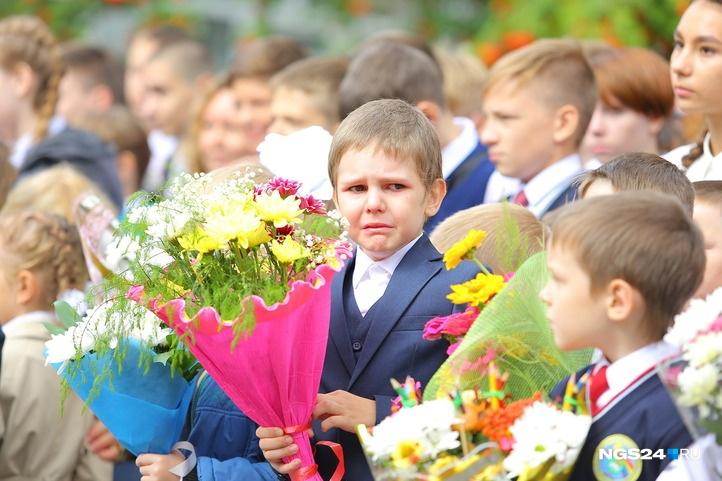 Родители с интересом наблюдают за тем, как реагируют на школьный праздник дети