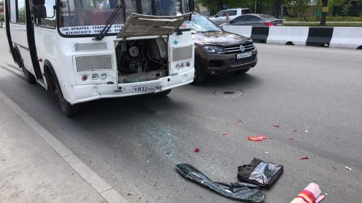 Водитель ПАЗа отвлёкся на сдачу и врезался в иномарку в Заельцовском районе