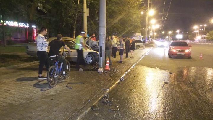 «Ехали наперегонки»: водитель Mercedes, врезавшийся в столб у метро «Уралмаш», попал на видео