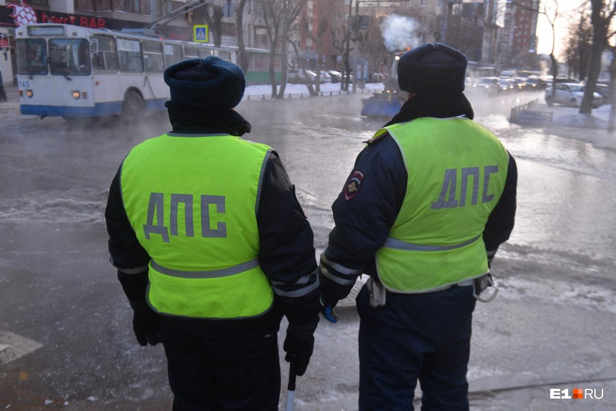 В поисках люков коммунальщики лезут под машины: фоторепортаж Е1.RU с затопленных улиц Екатеринбурга