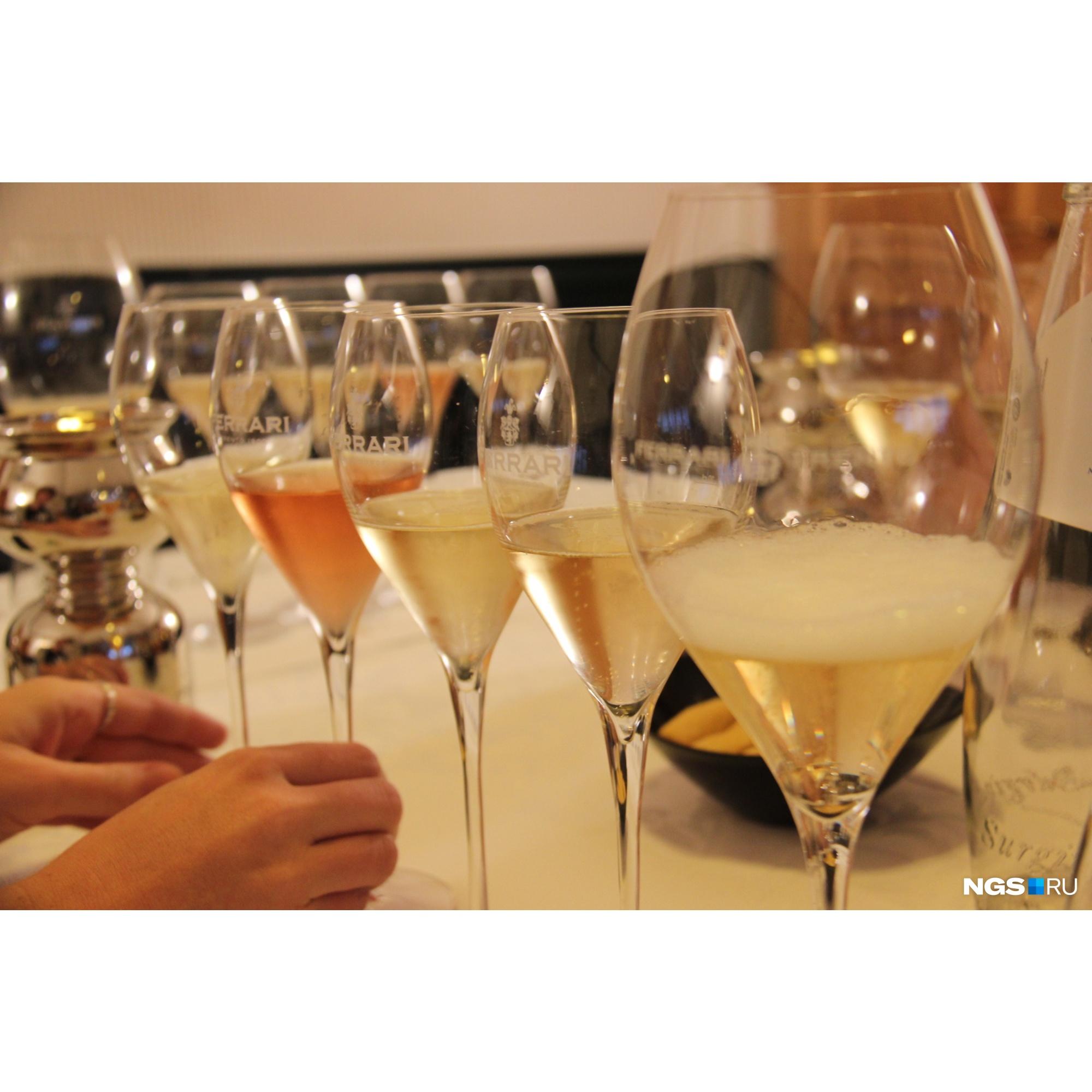 Вопреки расхожему убеждению шампанское необязательно подавать в тонких длинных бокалах. Вино высокого качества, наоборот, требует объёма