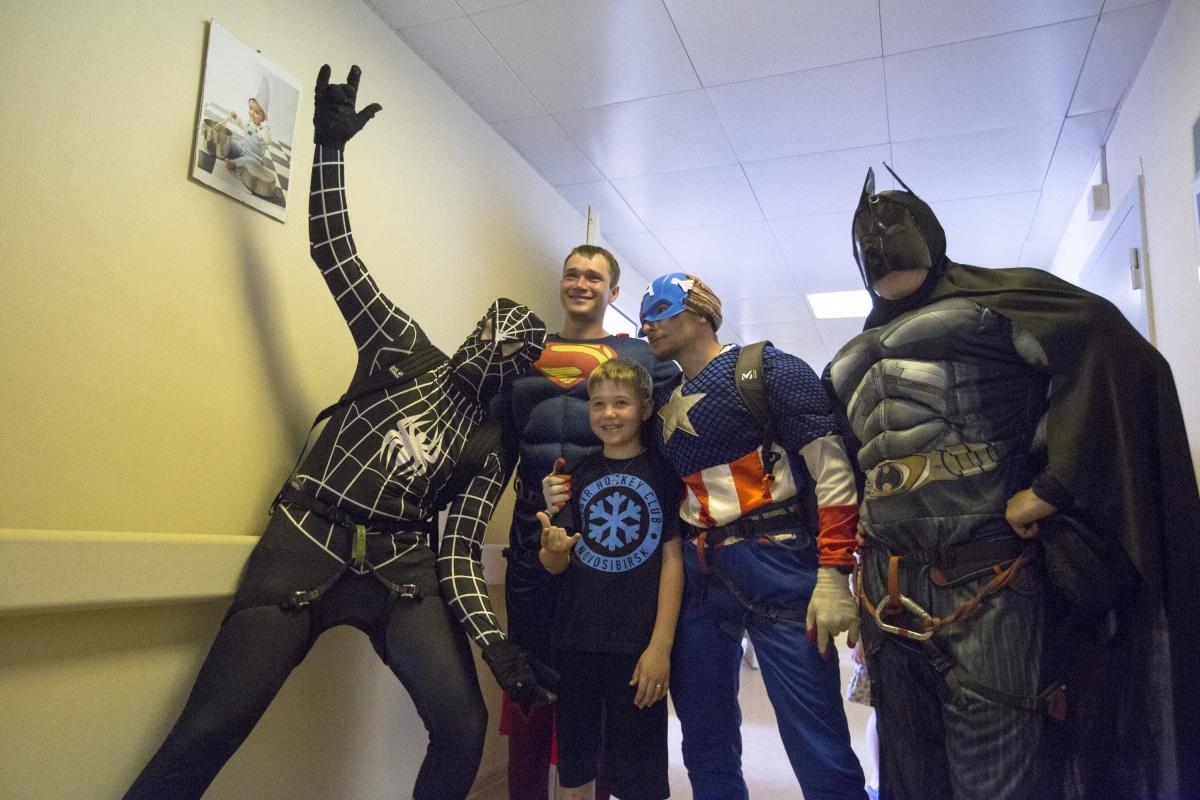 Дети просили супергероев не уходить из больницы, но когда те говорили, что нужно поздороваться и с другими пациентами этажом ниже, соглашались отпустить их. Фото Ольги Бурлаковой