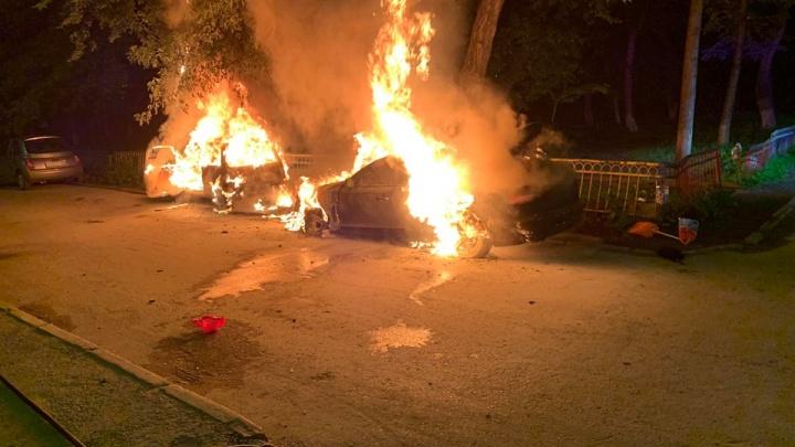 Сгоревший ночью автомобиль Audi принадлежал борцу с незаконной торговлей Дмитрию Чукрееву