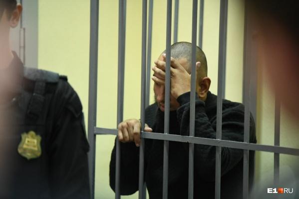 Один из обвиняемых Михаил Федорович в суде всячески пытался скрыть своё лицо