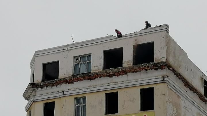 В Омске начали разбирать крышу здания бывшего Облпотребсоюза