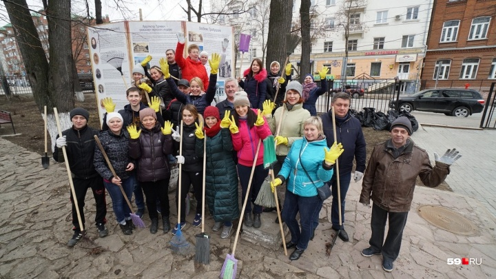 Большой субботник в Перми: в скверах собрали сотни мешков мусора, а мэр даже погнул лопату