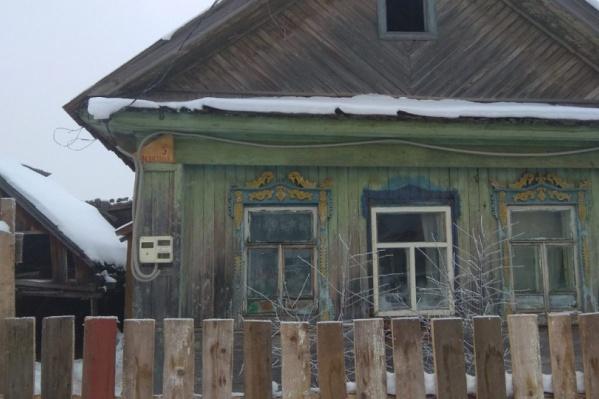 Семья с двумя детьми живет в этом домике