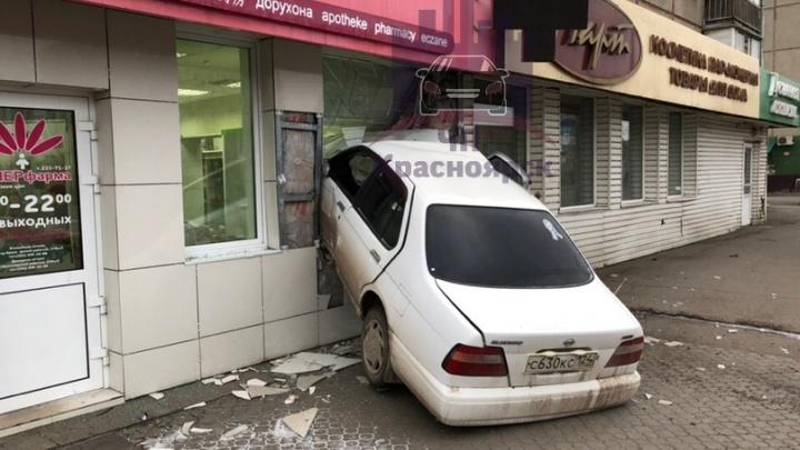 Пьяный водитель влетел в фасад жилого дома на 60 лет Октября
