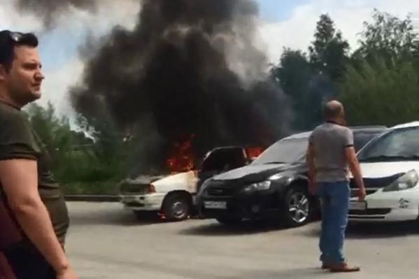Машина загорелась во дворе 10-этажкина улице Татьяны Снежиной