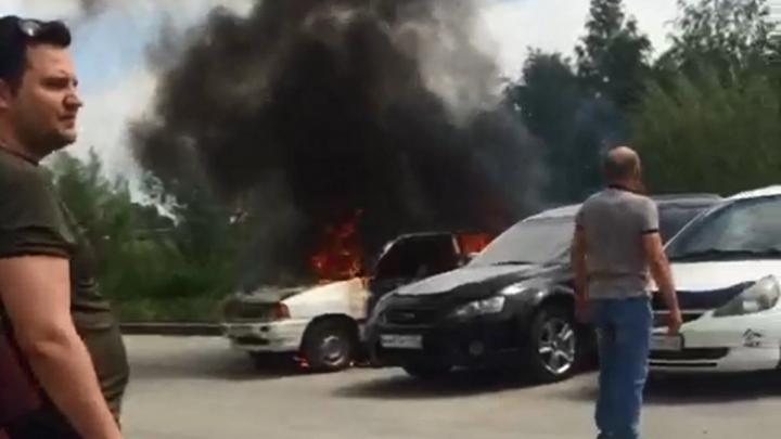 Во дворе дома на Снежиной загорелась иномарка: очевидцы спасли чужие машины (видео)