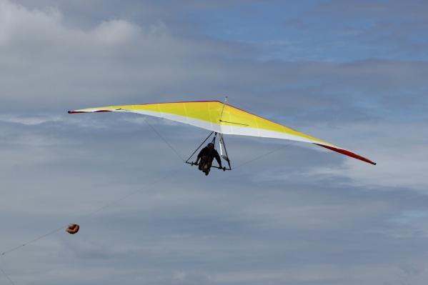 Дельтапланеристы смогли полетать даже в сильный ветер