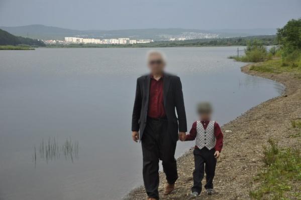 Подозреваемый вместе со своим внуком во время одной из служебных поездок