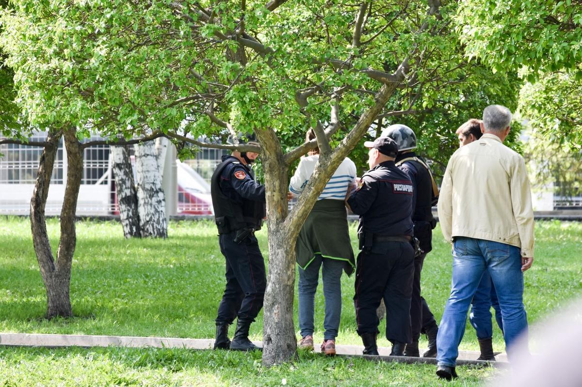 Ее пленили несколько сотрудников полиции в полной экипировке