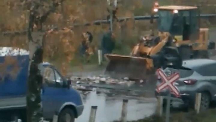 В Ярославской области трактор залатал дорогу кирпичами: видео