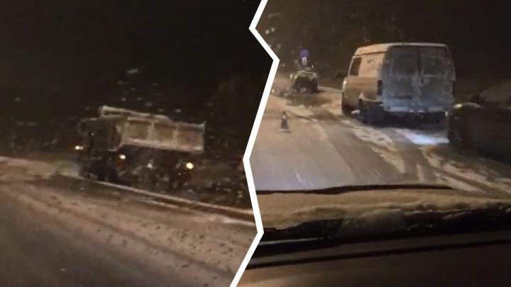 «Высший уровень»: дорожники уложили асфальт на Советском шоссе во время снегопада