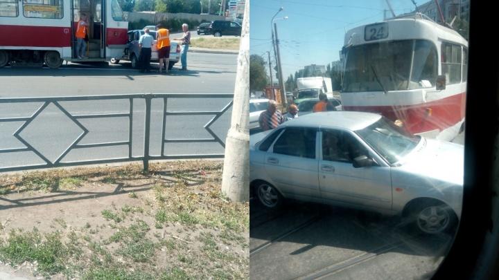Протащил по рельсам: на Ставропольской «Приора» залетела под трамвай