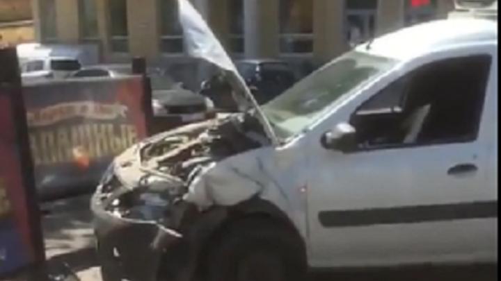 «Он летел на красный»: в центре Волгограда кроссовер вытолкнул на тротуар Lada Largus