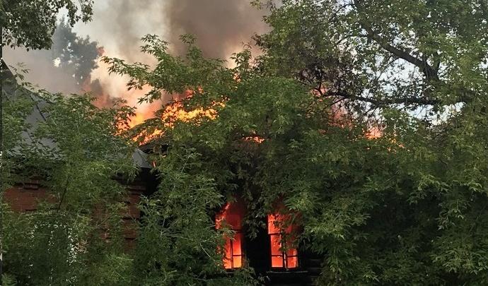 В Кургане сгорел нежилой барак за магазином «Звёздный»