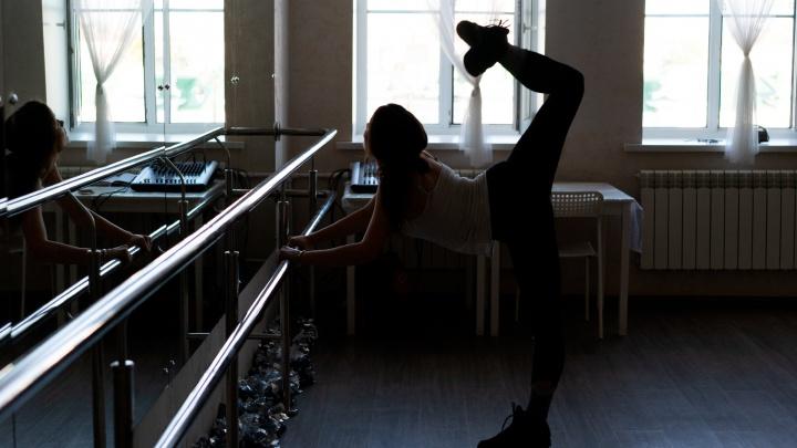 «Тянем носочки!»: смотрим, как тренируются начинающие чирлидерши